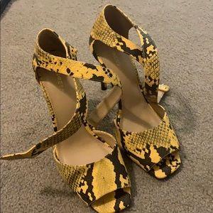 ✨ yellow snake skin Express heels ✨